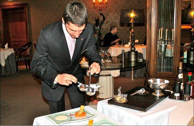 Le tartare de saumon frais d'Écosse label rouge, spécialité de Marcel François est préparé en salle devant le client