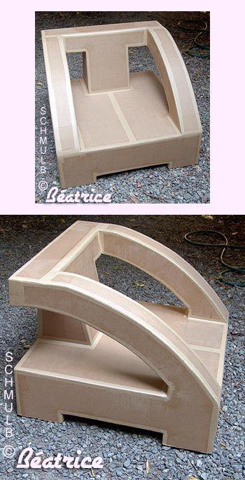 Des fauteuils en carton de style ruban et un en forme d'oeuf