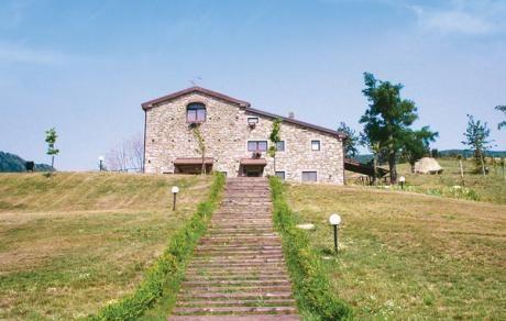 Fagiano  Mooi complex met agrarisch bedrijf bij de berghellingen van de Toscaanse Appenijnen (800 mtr. boven zeespiegel). Het complex is rustig gelegen en heeft een panoramische ligging die uitzicht biedt over de weiden en bossen. Het complex is volledig gerenoveerd en is verdeelt in 5 charmante maar eenvoudig ingerichte appartementen en kamers. Het agrarische bedrijf strekt zich uit over 220 ha. land en heeft een van de bekendste runderfokkerijen van de omgeving. Voor de gasten staat een…