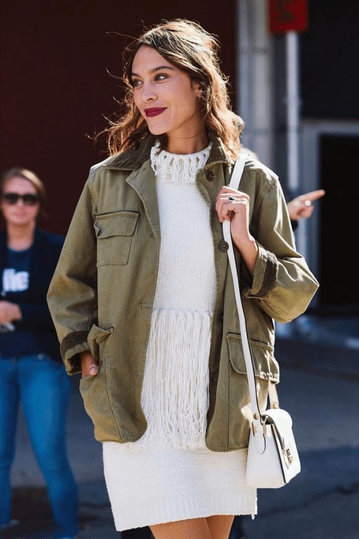 association couleur vetement, modèle de tunique blanche avec franges  combinée avec veste kaki 762202a6edcd