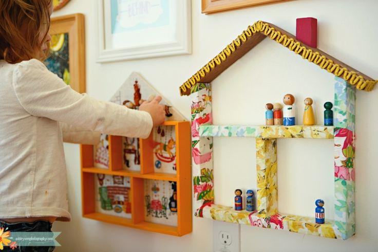 Peg People / Doll houses: wood covered with fabric (also from this blog, the idea to make Peg People for your immediate and extended family members)