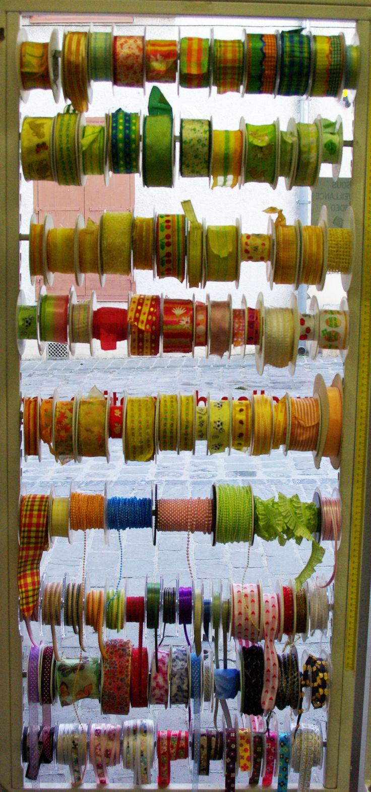 Différents coloris et motifs de rubans pour l'arrivée des beaux jours. Disponibles au rayon Mercerie de votre magasin