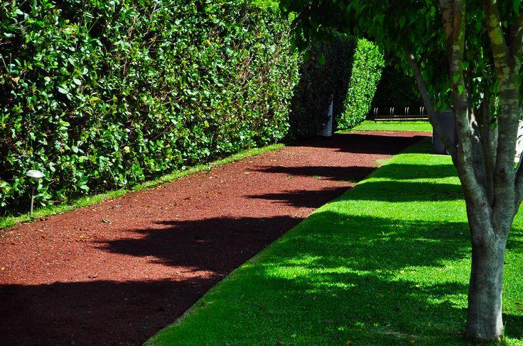 El tezontle rojo es ideal para crear caminos y cubrir for Caminos en jardines