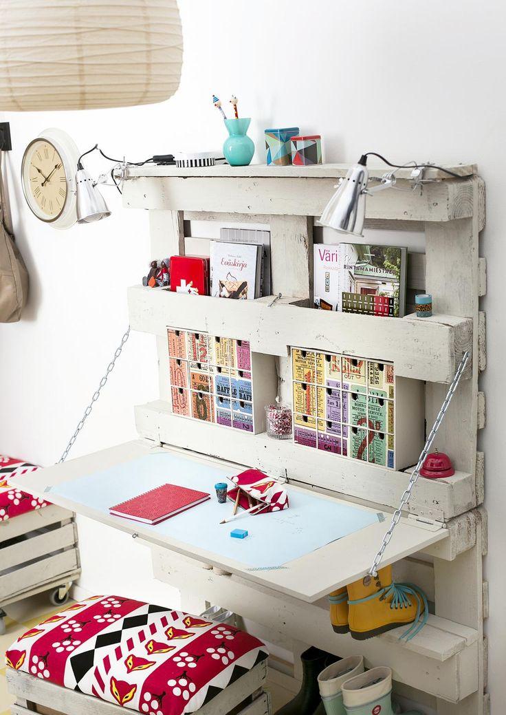 Haluaisitko kotiin työpisteen, mutta tila ei riitä? Nikkaroi kuljetuslavasta, vanerista ja laudanpätkistä kokoon taittuva työpöytä, joka mahtuu pieneen tilaan.