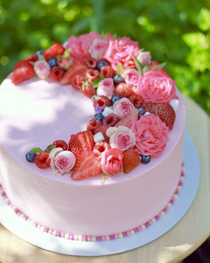 Свадебный торт. Внутри влажный шифоновый бисквит, ганаш на молочном шоколаде, кофейно-шоколадный крем чиз , миндальный грильяж, арахис. Покрыт сырным кремом, украшен ягодами и цветами. Автор instagram.com/kam.cake