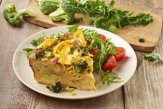 Kremowa zapiekanka makaronowa z brokułami i szynką.... makaron wstążki, np. tagliatelle lub papardelle500 g gotowana szynka250 g-w kostkę mały brokuł-blansz 3min, twardy żółty ser100 g,zetrzeć, sos...mleko300 ml.. +przyprawa -zapiekanka makoronowa Knorr...składniki w/w wymieszać -polać sosem -piec 20-30min 200st..w naoliwionej brytfance