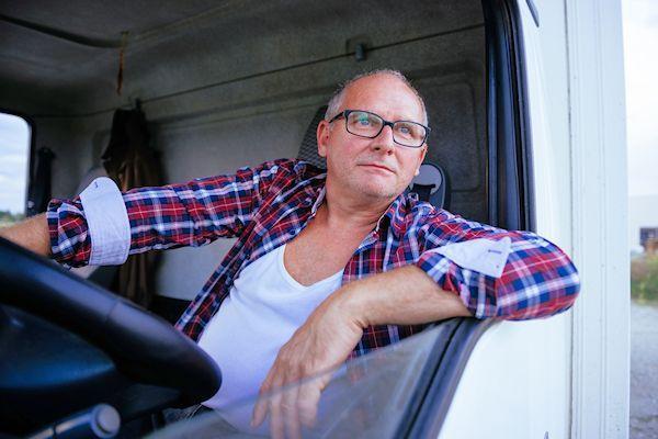 Topsalarissen van vrachtwagenchauffeurs zijn op straat komen te liggen. Chauffeur Anton Boekels verdient elke maand bijna twee-en-een-half duizend (!) euro.