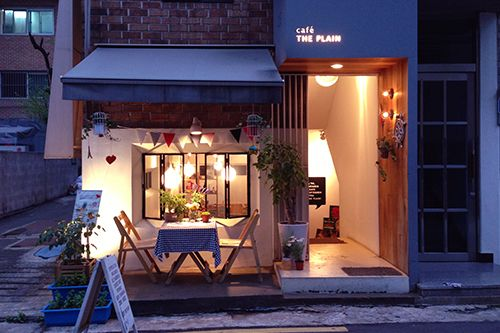 In Hongdae you'll find the coolest shops and café's which will surprise you. Café the Plain is a perfect example of this, tucked away in one of the small streets of Hongdae.