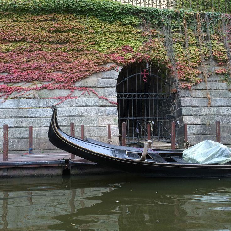 Une gondole a élu domicile à Prague - Vltava River #Moldau