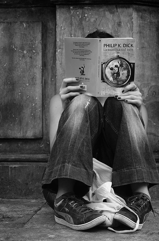 eolo perfido - girl reading, philip k. dick, rome - 2010