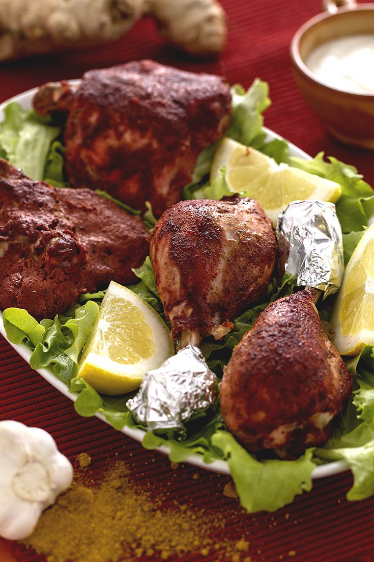 Il #pollo #tandoori (tandoori chicken) è uno dei piatti tradizionali dell'#india, preparato appunto nel tandoori: un forno in argilla che raggiunge temperature molto elevate. Il segreto è tutto nella #marinatura, a base di #yogurt e #spezie ben precise che rendono la carne succulenta e tenera! #ricetta #GialloZafferano