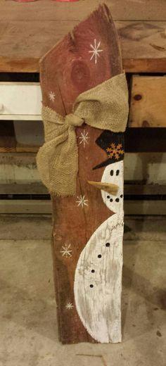 36 pulgadas recuperado granero muñeco de nieve de madera porche Bienvenido. Color, anchura y nudos pueden variar y está pintado de madera recuperada y de la mano. Tengo una cantidad limitada de este año así que no esperes o puedes perder! Naves de 2 semanas desde la fecha de la orden.
