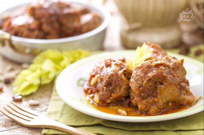 La coda alla vaccinara è uno squisito piatto della cucina romana povera, a base di coda di bue stufata con verdure e arricchita con pinoli e uvetta.