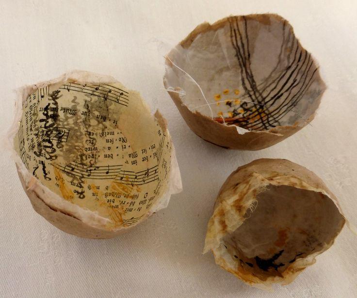 kleine Papierschalen, innen mit Tusche und Acrylfarbe markiert  small paper bowls, inside marked with Indian ink and acrylic paint