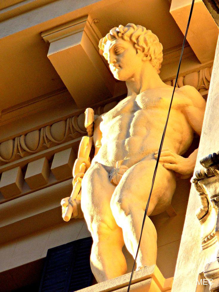 Escultura alegórica a Hermes. Edificio Menéndez Behety.