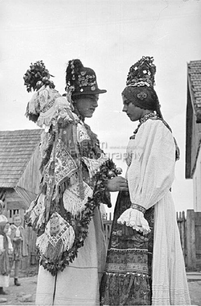 Oláh vőfély és menyasszony, 1943