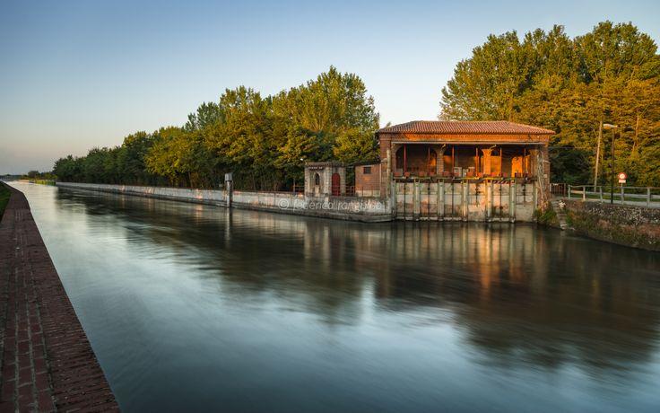 Uno dei luoghi del Canale Cavour che amo di più, perché abbiamo avuto un rapporto difficile all'inizio: lo scaricatore di Formigliana è facile da raggiungere ed è immerso in un bellissimo pio…