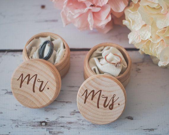 Coup de ♥ : les coffrets en bois gravés Mr. & Mrs. pour vos alliances de mariage  ! Deux écrins au look vintage made by FlowertownWeddings