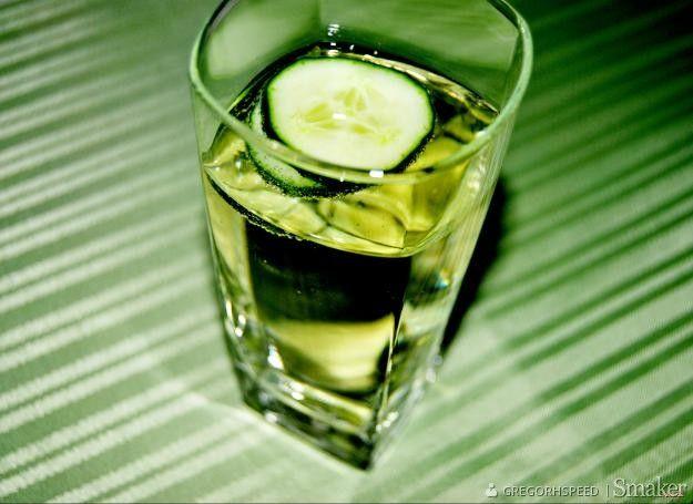 Szrek - Składniki  50 ml wódki żołądkowej gorzkiej150 ml sprite2 plasterki ogórka szklarniowego