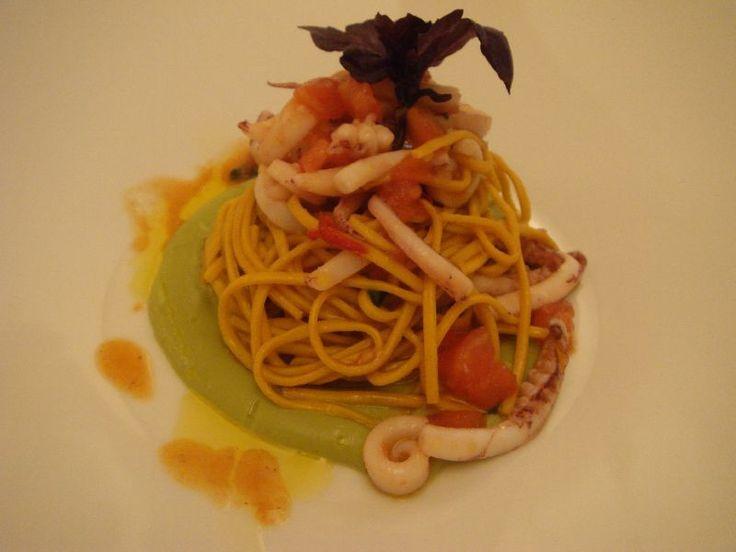 Spaghetti freschi alla chitarra con calamaretti aglio olio e peperoncino su crema di broccoletti