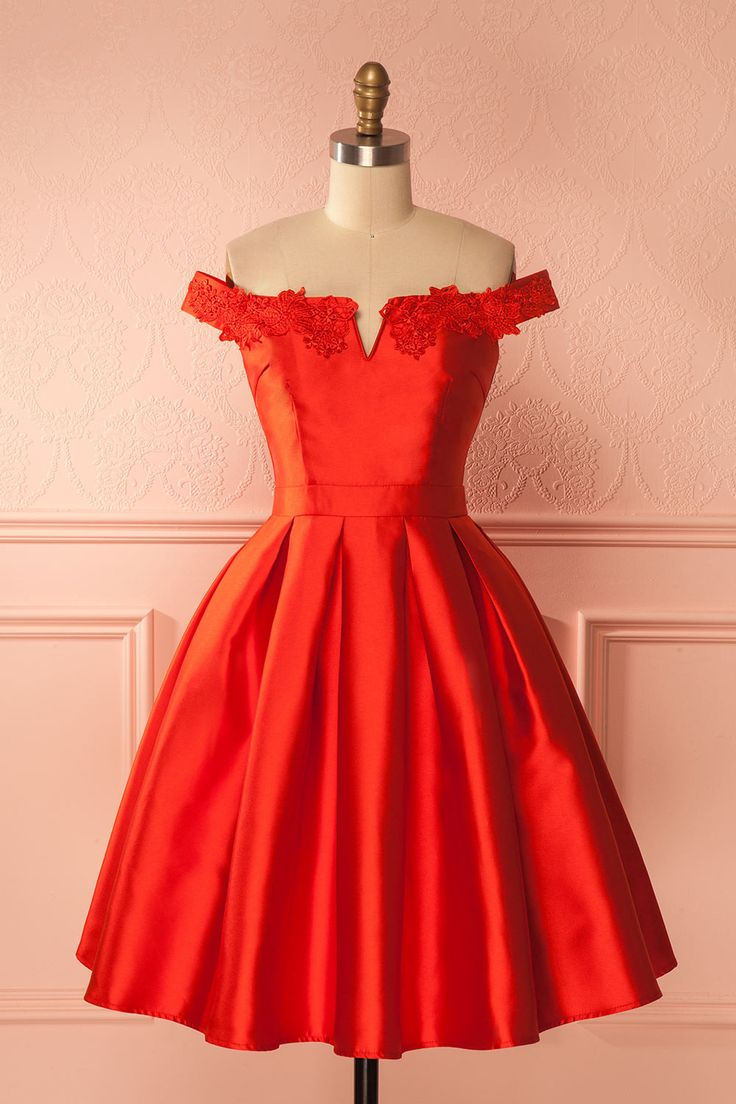 Red satin cocktail dress with embroideries - Robe cocktail rouge satinée avec broderies