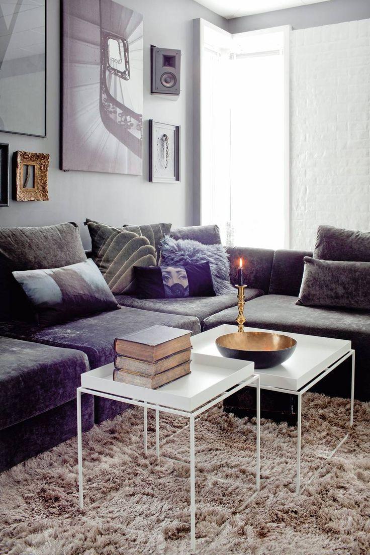 MØRK SONE: De hvite bordene er fra Hay, og sofaen er fra Ygg&Lyng. - Vi måtte ha en sofa vi kunne synke ned i, sier Elin. FOTO: Irene Sandved Lunde