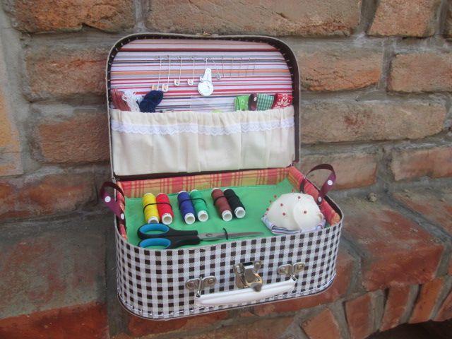 Kufřík+s+hnědobílými+kostkami+pro+malé+švadlenky+Malý+kufřík+plný+všeho+potřebného+pro+malé+šikovné+švadlenky.+Vhodné+jako+dárek+k+narozeninám,+na+Vánoce+pod+stromečkem,+za+vysvědčení+nebo+jen+tak+pro+radost.+V+kufříku+najdete+nůžky,+špendlíky,+jehly,+nitě,+mašličky,+látky+na+šití+a+spoustu+dalšího.+Doporučuji+pro+děti+od+šesti+let.+Každý+další...