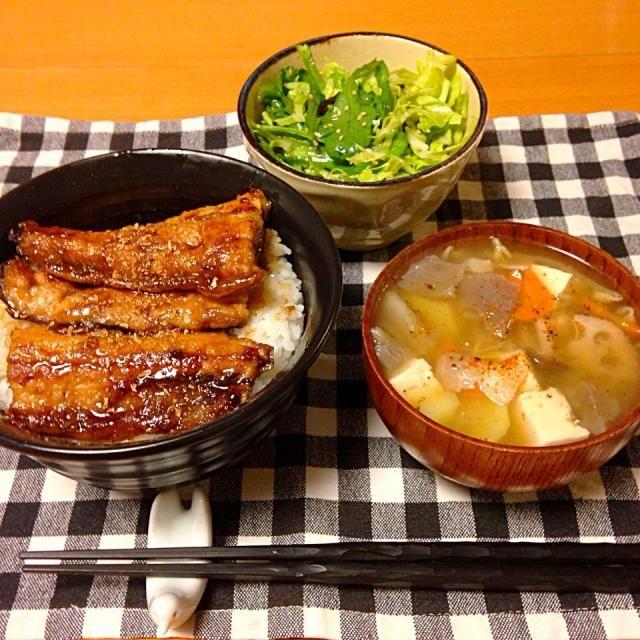 さんまの蒲焼き丼、豚汁、キャベツと春菊のサラダ。いただきます。 - 24件のもぐもぐ - 今日の晩御飯 by yujimrmt
