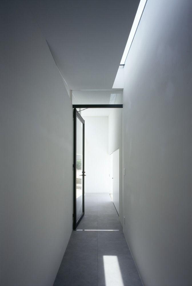 MUR House / Apollo Architects & Associates - like the long narrow skylight, and glass internal door