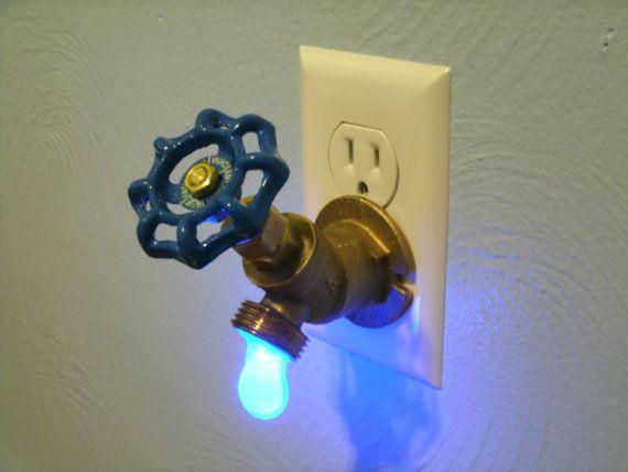 Dies ist eine einzigartige Schöpfung, die ich entworfen und gebaut von einer Idee, die ich als Kind hatte. Es ist ein standard 3/4 Messing-Sillcock, in einer Nacht-Licht umgewandelt. Drehen das Ventil tatsächlich aktiviert die 1/4 Watt LED-Lampe in den hängenden Tropfen Wasser. Eine große Blickfang für Gäste, und es gibt reichlich Licht als ein Nachtlicht verwenden. Dies würde perfektes als Geschenk für die Handwerker, Unternehmer, Landschaftsgärtner oder hart-zu-kaufen-für Person machen…