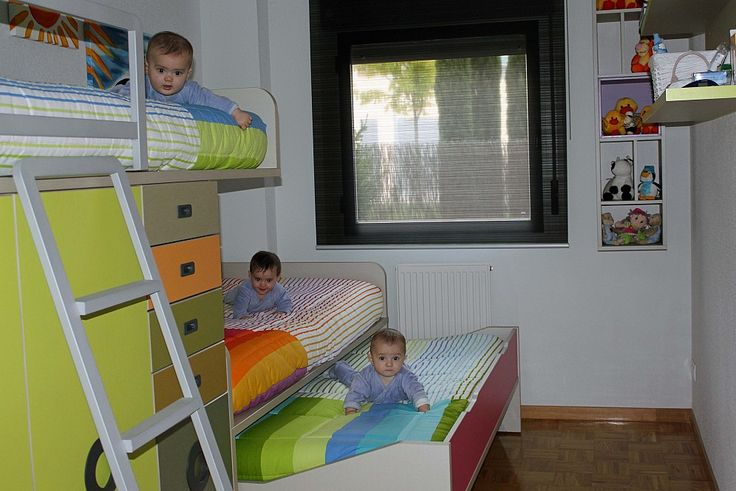 Dormitorio juvenil con una cama tren de tres camas - Habitaciones pequenas ikea ...