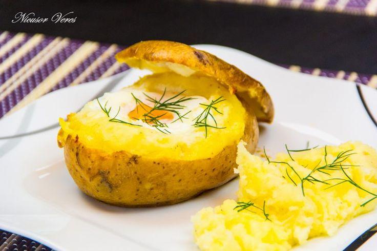 Oua Coapte In Cartofi, o reteta perfecta pentru a surprinde copii.Se spala cartofii si se sterg bine cu un servetel de bucatarie, apoi se pun pe o tava de cuptor