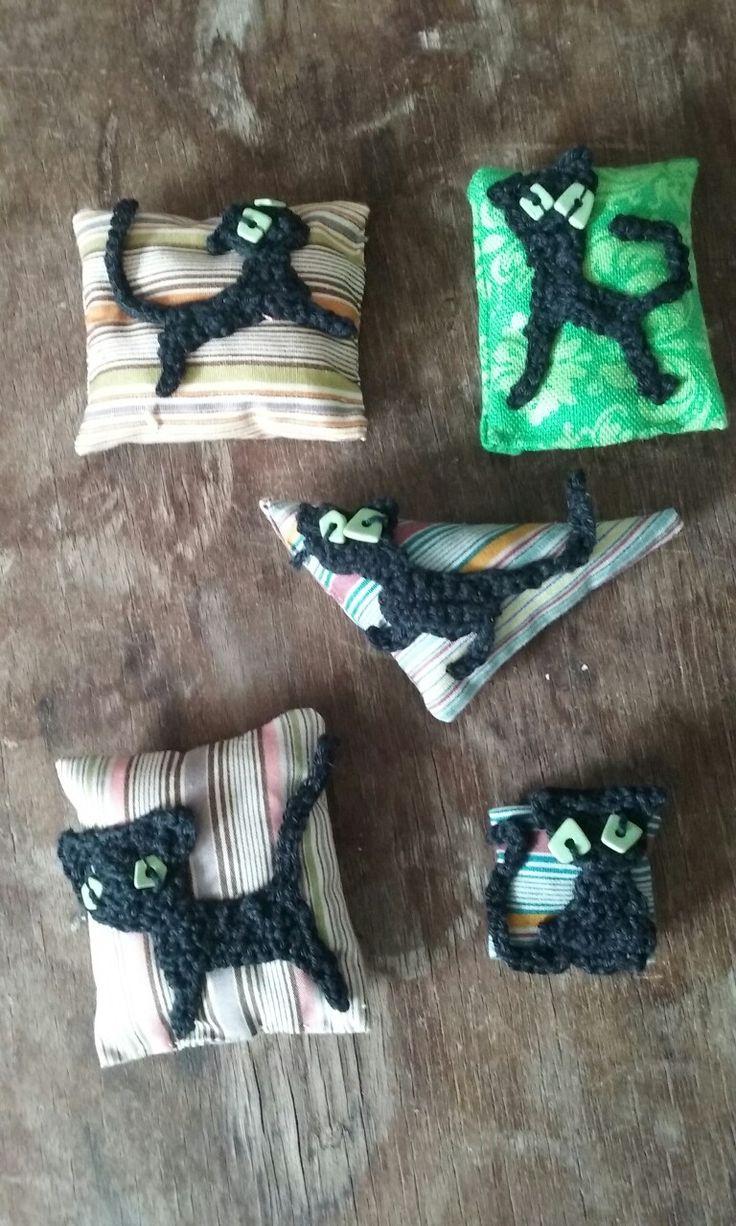 Crochet cat brooches