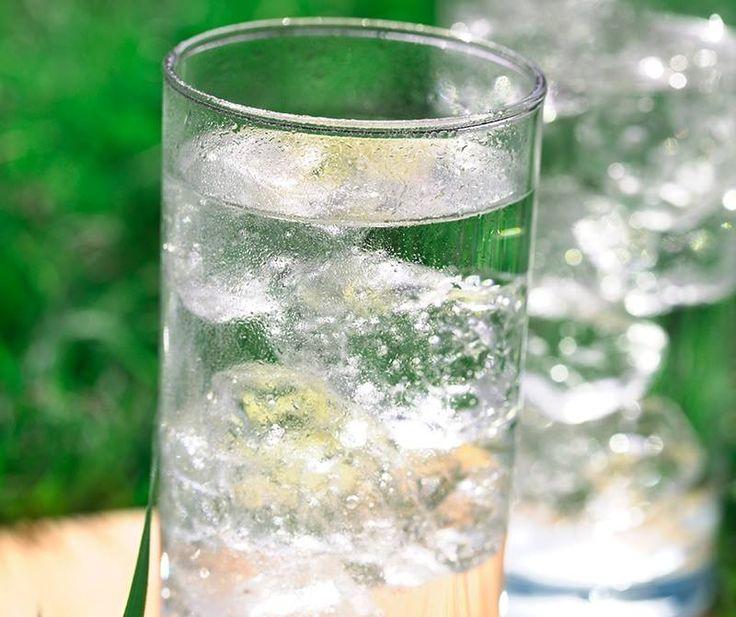 Picie nawet jednej szklanki wody gazowanej dziennie może mieć pozytywne skutki dla naszego organizmu. Zawarty w niej dwutlenek węgla pobudza trawienie, a w obecności bąbelków nie rozwijają się bakterie. Woda gazowana łatwiej zaspokaja pragnienie i daje poczucie orzeźwienia.   Jaką wodę bardziej lubicie - niegazowaną czy musującą?