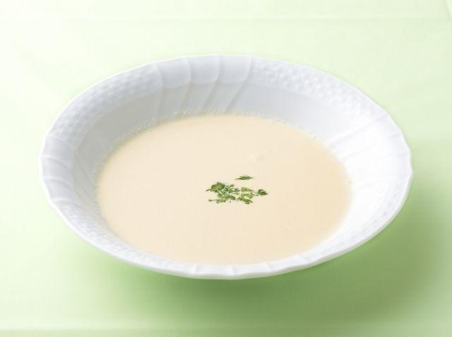 じゃがいものスープ - 香西 思穂吏シェフのレシピ。1.玉ねぎの量を増やすとスープに甘みがプラスされる 2.スープが熱い場合は、粗熱をとってからミキサーにかけること 3.ローリエの代わりにチキンブイヨンやベーコンを入れてもOK