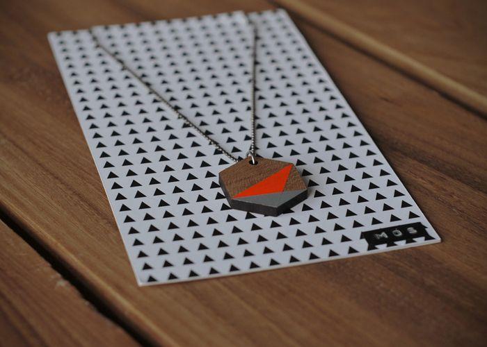 Mös Geometrisk halskæde - Tinga Tango Designbutik. Interiørbutik - Interior - Children - Børn - Toys - Legetøj - Brugskunst - Design - Kunst - Webshop - Billig fragt - illustrationer - porcelæn - keramik - orange