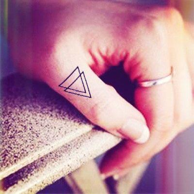 4ST s Double Triangle Tätowierung Finger - InknArt-Tätowierung - tattoo Zitat Handgelenk Aufkleber fake Tattoo kleine Vogel Liebe von InknArt auf Etsy https://www.etsy.com/de/listing/182721642/4st-s-double-triangle-tatowierung-finger