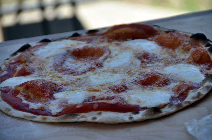 Ecco una video ricetta per la pizza veloce per fare la pizza tipo quella della pizzeria in casa con cottura nel forno a legna della AlfaPizza.it