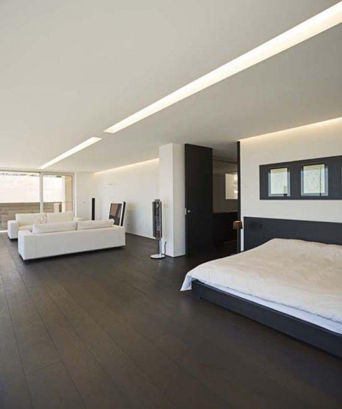 Donkere vloer met lichte meubels. Donkere vloer met lichte meubels