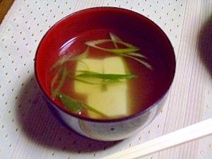 「シンプル♪ お吸い物 ~お豆腐とネギ~」とってもシンプルなお吸い物♪豆腐とおネギで素朴なお味です【楽天レシピ】