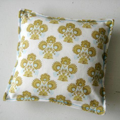 Ons eerste naaiproject van deze online cursus: we gaan een speldenkussen maken!     Een eenvoudig eerste naaiwerkje en nog handig ook...