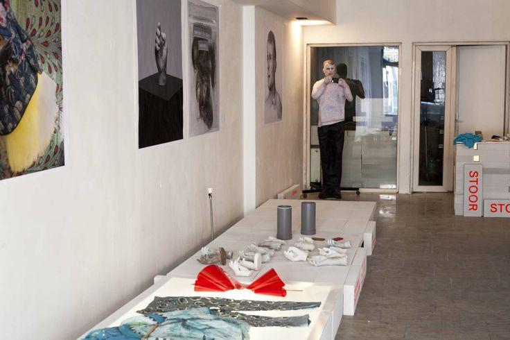 Een overzicht van de tentoonstelling. Met o.a. werk van Christa van der Meer en Joel Nieminen