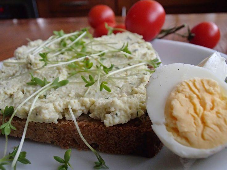 egg paste, vegetarian. on bread. healhy breakfast. pasta jajeczna na chleb. wegetariańskie. przepis na pastę