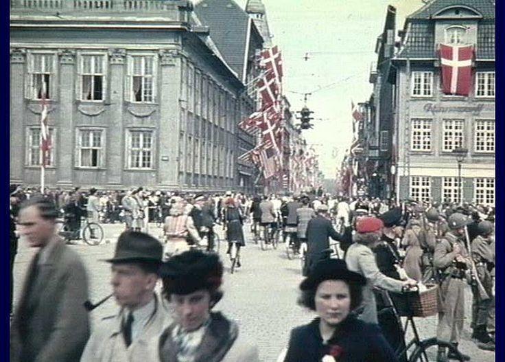 Bredgade i København flagsmykket i befrielsesdagene (ukendt) Frihedsmuseets Billedarkiv http://erez.natmus.dk/FHMbilleder/Site/index.jsp