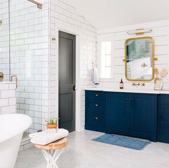 Marineblau und Gold schaffen ein atemberaubendes Badezimmerdesign | Hunker #Bad Tapete