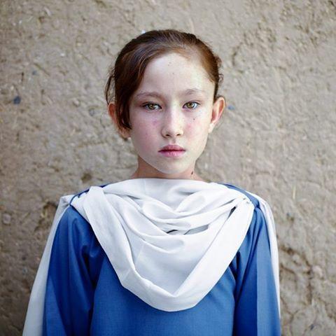 له موسکا سره به سومره ښه مالوميږي؟   اخ وطنه...  Rabiya,  A Hazara Refugee from Afghanistan in Quetta, Pakistan.   #afghan #afghans #afghanistan #refugee #beauties #love #peace #cute #potrait #hazara #people #afghan #emotional #emotions #respect #war #conflict #citizen #afghanistan