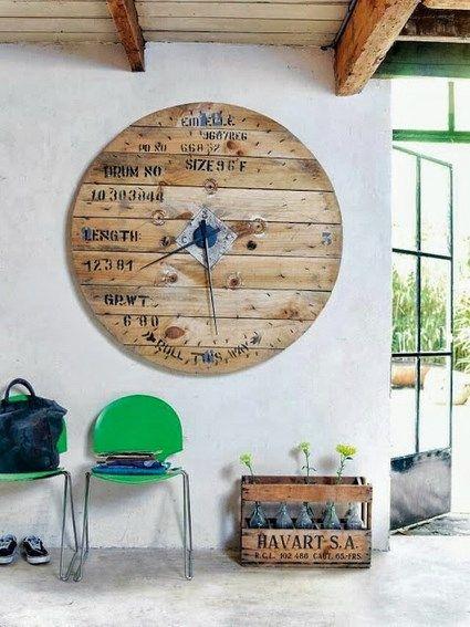 Un reloj realizado con una parte de un viejo carrete. Encuentra más ideas en nuestro blog