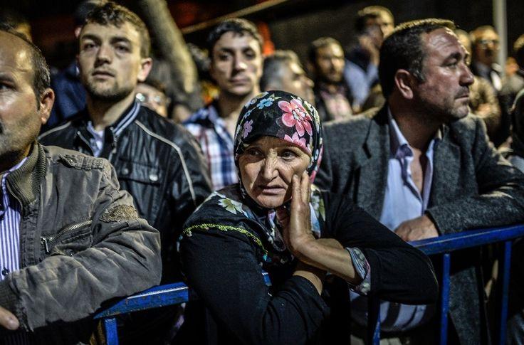 Les proches des mineurs de Soma en Turquie attendent des nouvelles des disparus devant l'hôpital, le 14 mai 2014