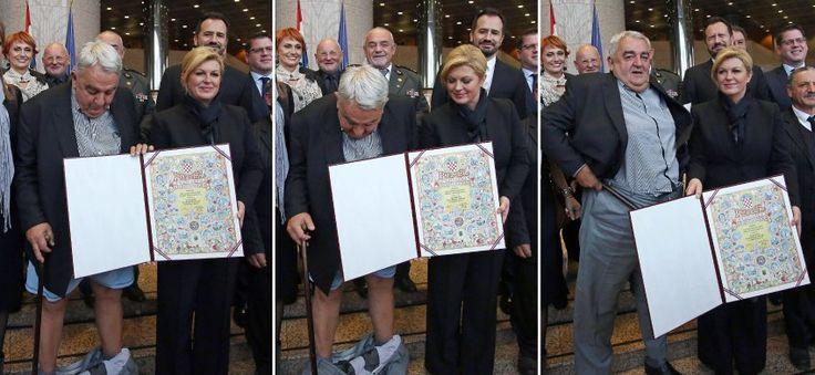 Und bitte lächeln: Ivan Zvonimir Cicak (M.), Vorsitzender des Helsinki-Komitees für Menschenrechte, hatte einen Fototermin mit Präsidentin Kolinda Grabar-Kitarovic (r.). Anlass war der Internationale Tag der Menschenrechte am 10. Dezember. Die Staatschefin zeichnete Cicak und sein Team für ihre Arbeit aus - und überreichte dem Chef des Helsinki-Komitees eine Urkunde. Doch das Treffen in Zagreb verlief anders als geplant.