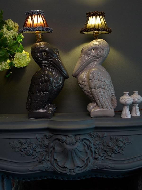 Las nuevas lámparas con pantallas antiguas de volantes y figuras de animales de la decoradora inglesa Abigail Ahern